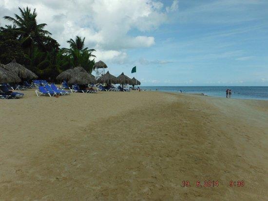 Grand Bahia Principe El Portillo : Plage vers les activités aquatiques