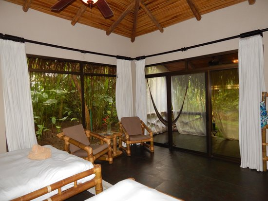 Clandestino Beach Resort: Large windows in rooms