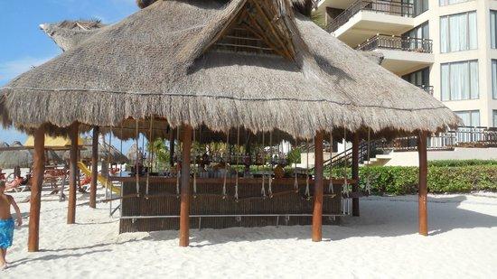 Dreams Riviera Cancun Resort & Spa: Bar at teh beach