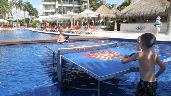 Dreams Riviera Cancun Resort & Spa: Ping pong in the pool