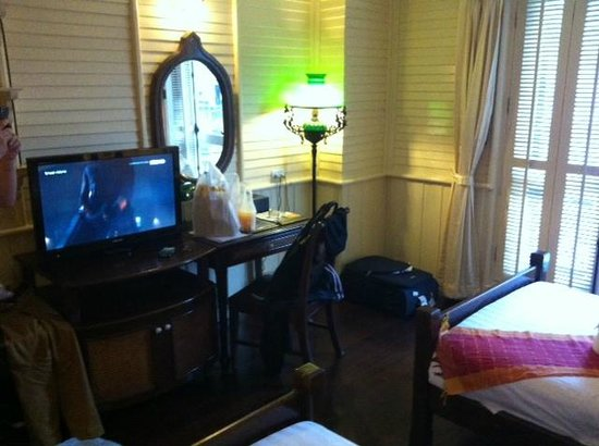 Buddy Lodge Hotel : TV/desk