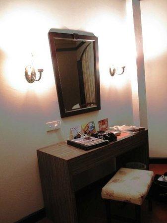Swiss-Garden Beach Resort Kuantan: dressing table in the main area