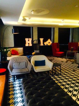 QT Sydney: Hotel lounge