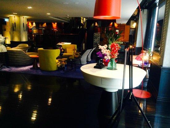 QT Sydney: Hotel lobby