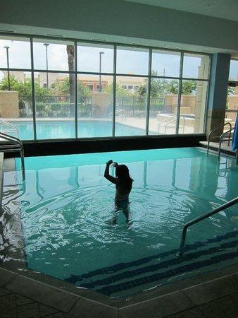 Drury Inn & Suites Orlando: Combination Indoor/Outdoor Pool - Too Cool.