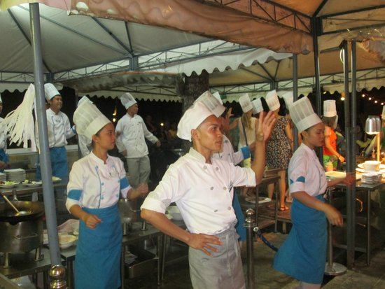 Boracay Regency Restaurant: Dancing cooks very entertaining.. they should have a tipbox!