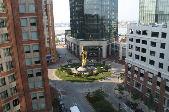 Homewood Suites by Hilton Baltimore: view of the street and fountain in front