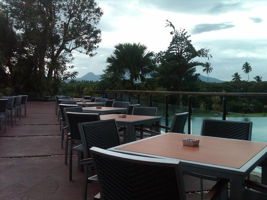 Novotel Manado Golf Resort & Convention Centre: Dinning table with pool and mountain view