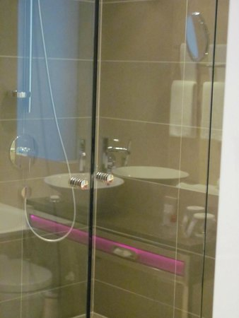 Vienna House Andel's Lodz: Spacious bathroom with toilet, shower and tub