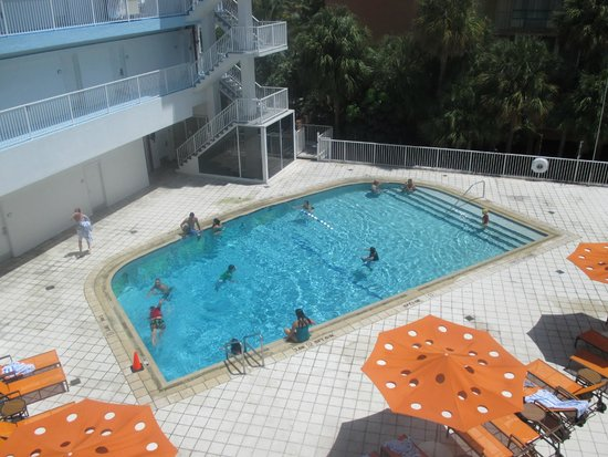 B Ocean Resort Fort Lauderdale: The pool area that our rooms overlooked