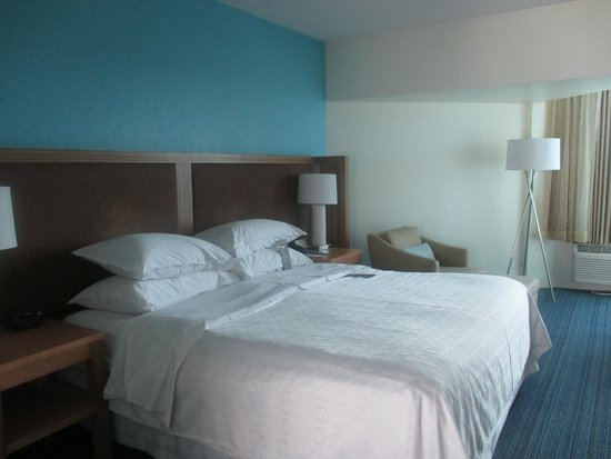 B Ocean Resort Fort Lauderdale: The rocking bed with the impressive bedding