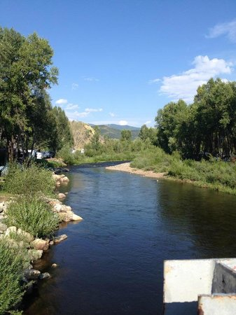 Steamboat Campground : Crossing the bridge from the office and bathrooms