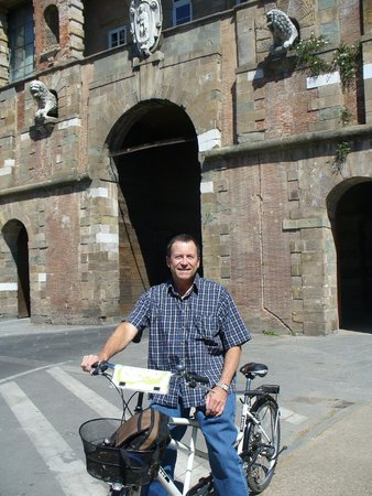 Bicycle Tuscany : In front of the wall