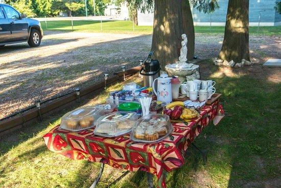 The Cedars Paradise Motel : Breakfast under the trees