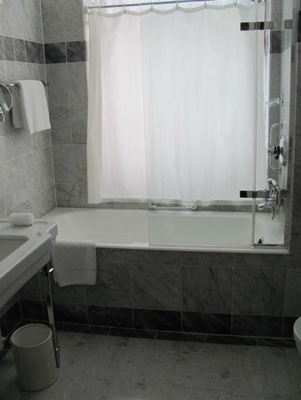 Hotel Bristol, a Luxury Collection Hotel, Warsaw: Huge bathroom