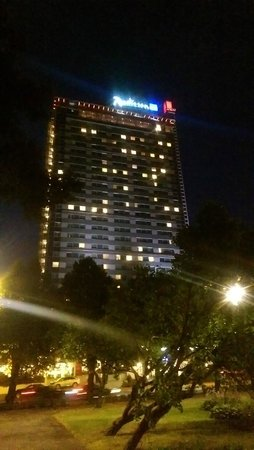 Radisson Blu Latvija Conference & Spa Hotel: Hotel at night