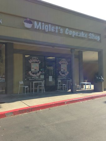 Miglet's Cupcake Shop: location is around the side of the building (my GPS took me to the front)