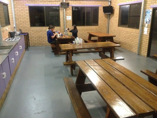 Top of the Town Tourist Park Stanthorpe: Camp kitchen