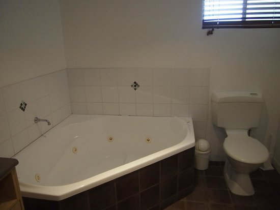 Angourie Rainforest Resort: Spa bath