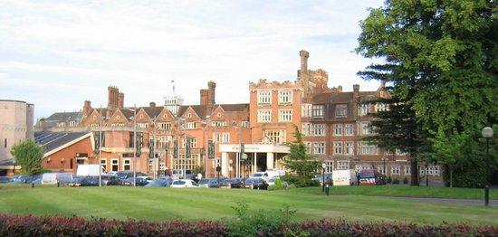 Selsdon Park Hotel & Golf Club: Voorzijde hotel met parkeerplaats