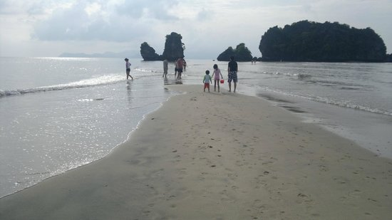 Tanjung Rhu Resort: You can cross this beach at certain hours of the day