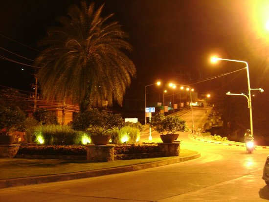 Seaview Patong Hotel: пятачок перед отелем