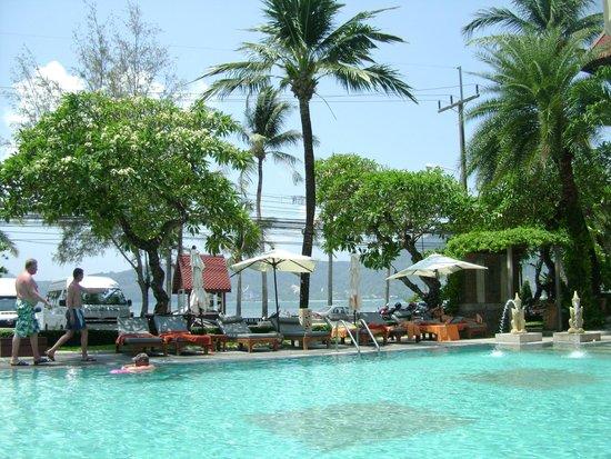Seaview Patong Hotel: вид с бассейна на море