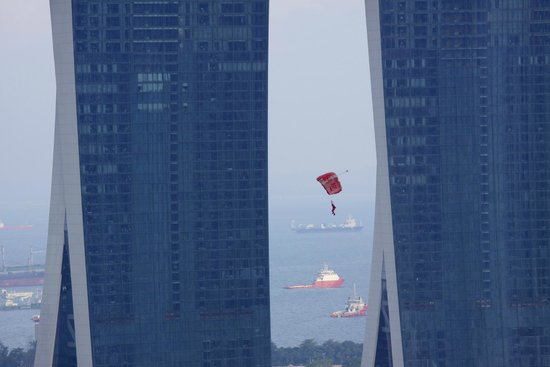 Swissotel The Stamford Singapore: Parachutist passing between the Marina Bay towers