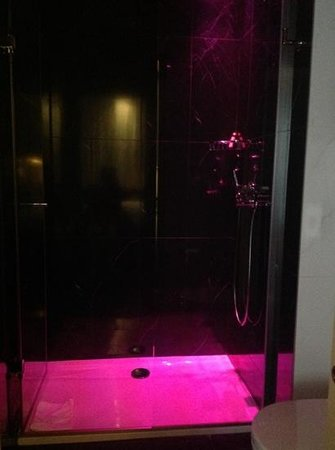 Les Plumes Hotel: shower changes color