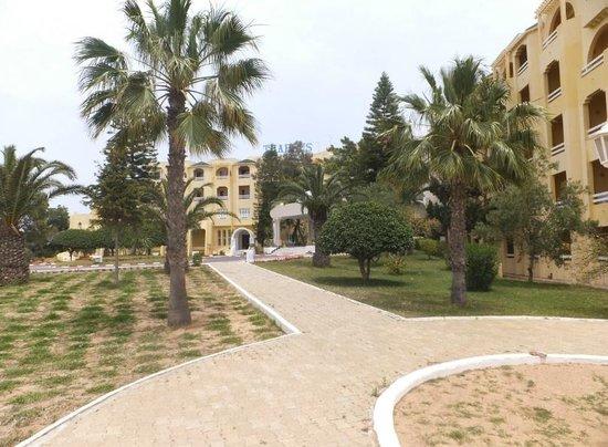 Club Thapsus Hotel : Garten seitlich