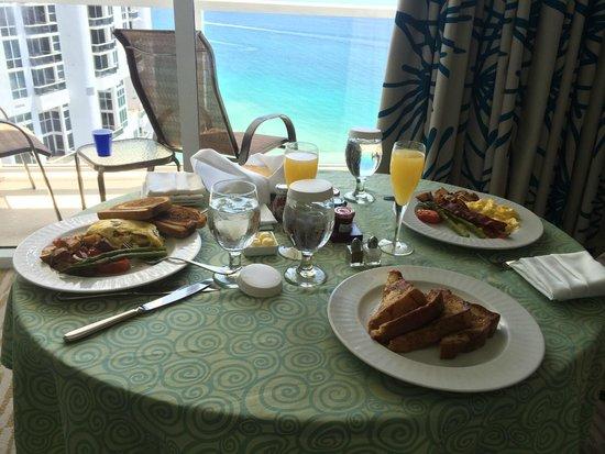 Trump International Beach Resort: excellent breakfast room service!