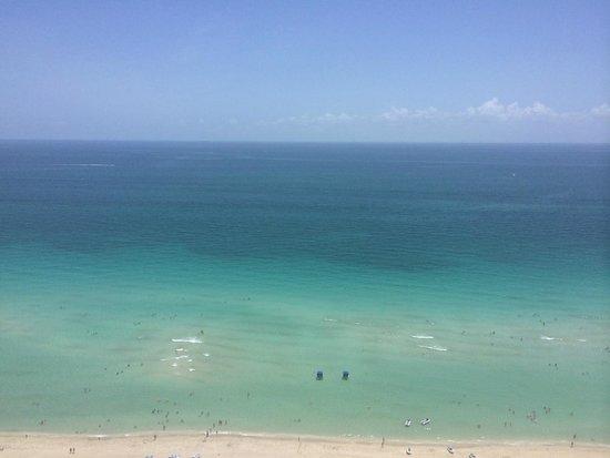 Trump International Beach Resort: beach
