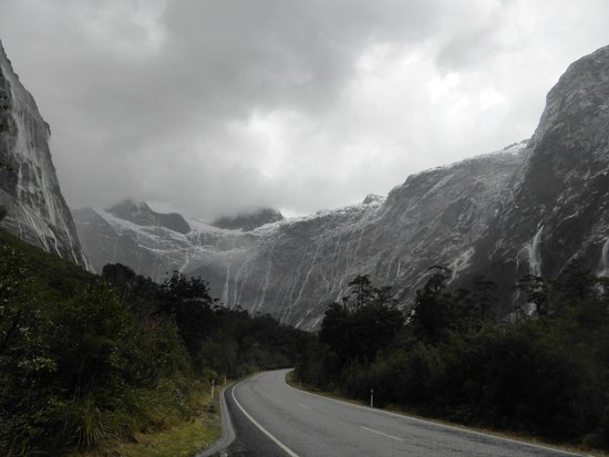 Fiordland National Park (Te Wahipounamu) : Road amongst the mountains and waterfalls