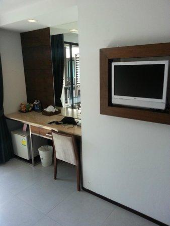 Aree Tara Resort : Nice built-in tv & dressing table