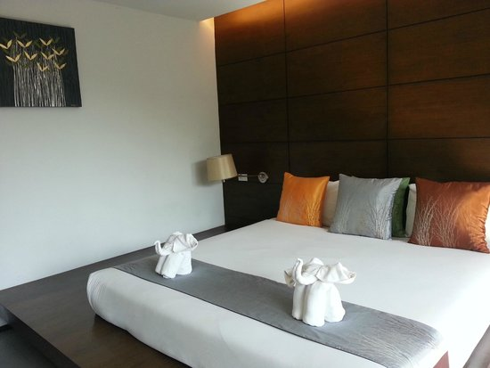 Aree Tara Resort: Comfy bed with the towel folded up like an elephant! So cute!