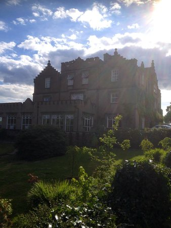 Ballynahinch Castle Hotel: Another outside view--our room was the 2 middle windows on the top floor.
