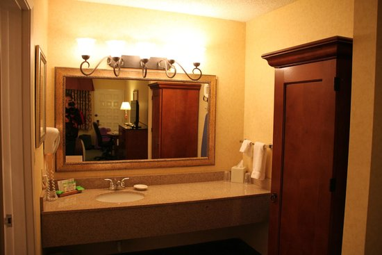 Red Lion Hotel Port Angeles: end of room by bath where  all stuff is