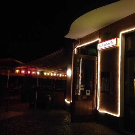 Restaurant Schnitzelei: Giardino esterno