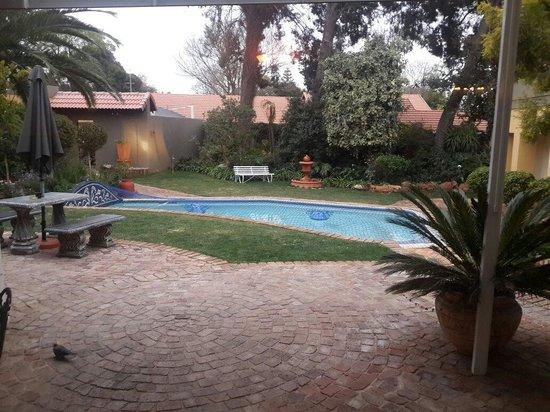 Jubilee Lodge Guesthouse: Une vue de la piscine