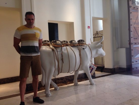 The First Roma : Lobby with the famous cow