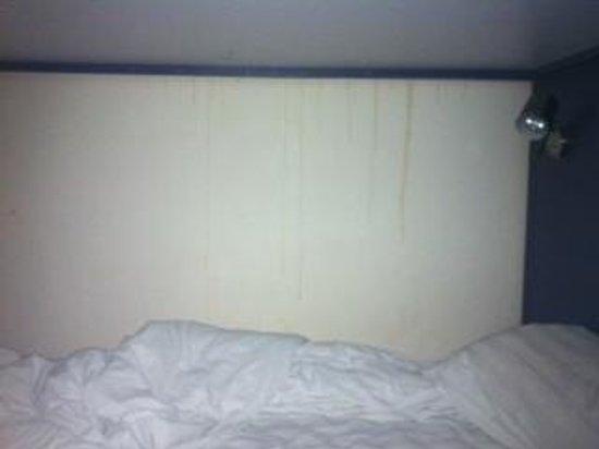 Shanghai City Central Youth hostel: mur collé au lit