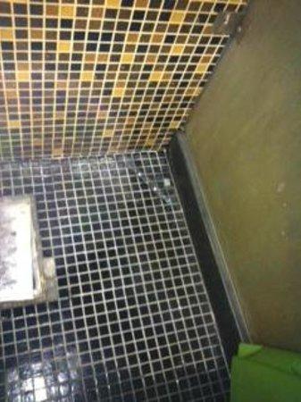 Shanghai City Central Youth hostel: saleté restée pendant 1 mois dans la douche
