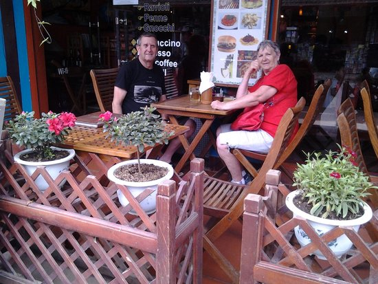 Romano's Pizza: lunch outdoors