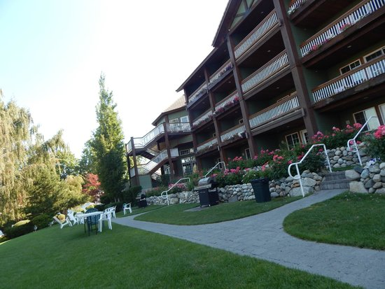 Lakeside Lodge and Suites : Lake side of hotel