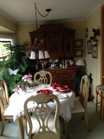 Austrian Haven Bed and Breakfast: Breakfast area in Garden room
