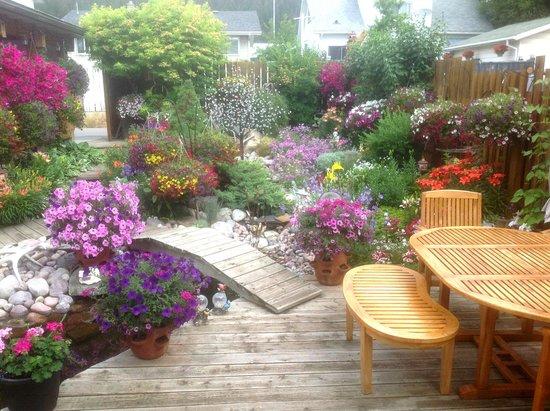 Austrian Haven Bed and Breakfast: Gardens with Bridge