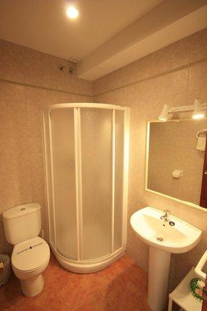 Hostal Rio Mundo: Baño habitación nogal