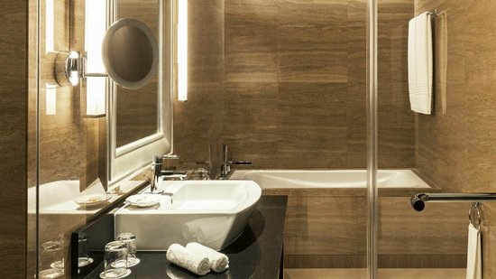 Sheraton Dubai Creek Hotel & Towers: Guest Bathroom