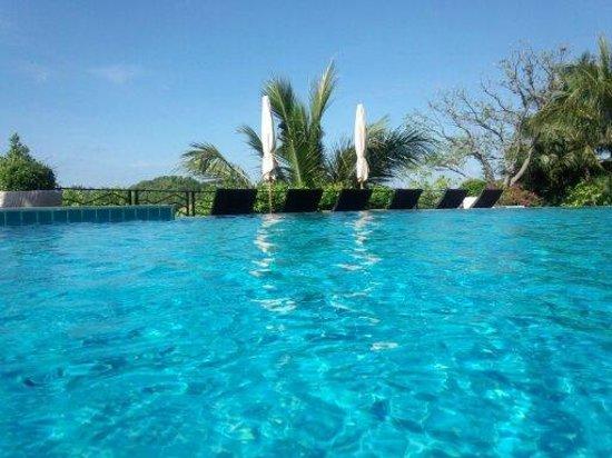 Jamahkiri Resort & Spa: 丸一日のんびり・・・プールのその先には真っ青な海