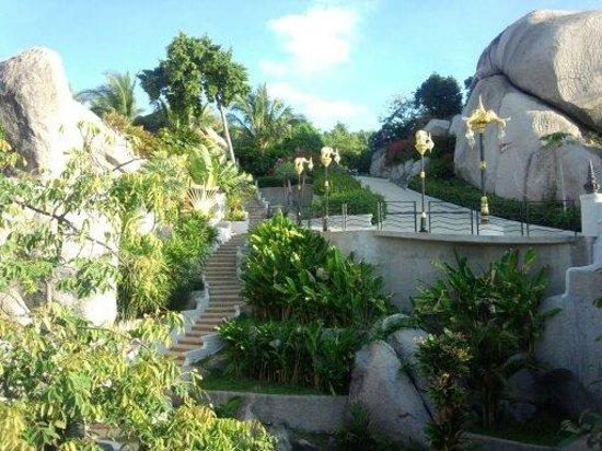 Jamahkiri Resort & Spa: 背後には眼下に広がる真っ青な海